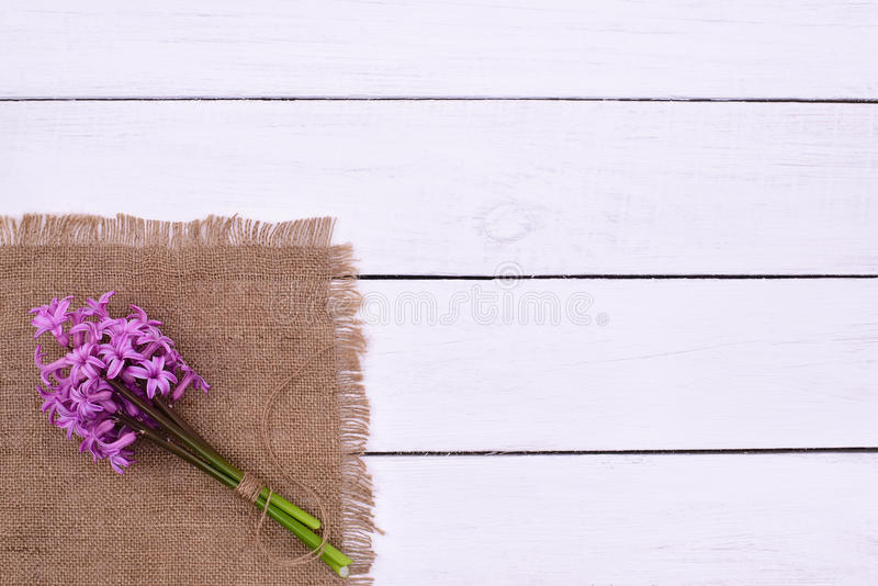 Roze bloemenboeket op witte houten lijstachtergrond, bovenkant boven mening stock afbeeldingen