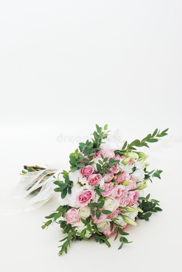 Roze Bruids die Boeket van Rozen, Alstroemeria, Chrysant en Eustoma op Witte Achtergrond worden geïsoleerd Verticaal beeld met ex stock foto's