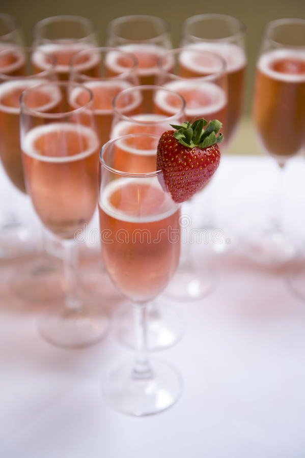 Roze champagne en aardbei stock afbeeldingen