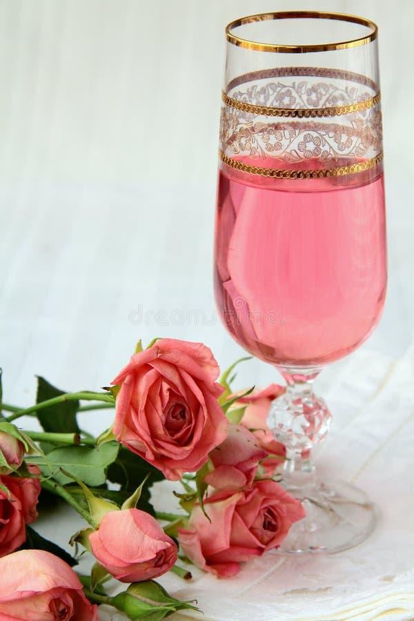 Roze champagne en roze rozen stock fotografie