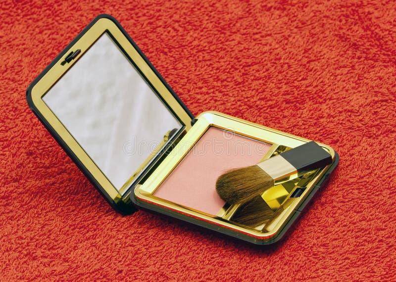 Roze compact bloost met borstel in zwarte container stock foto's