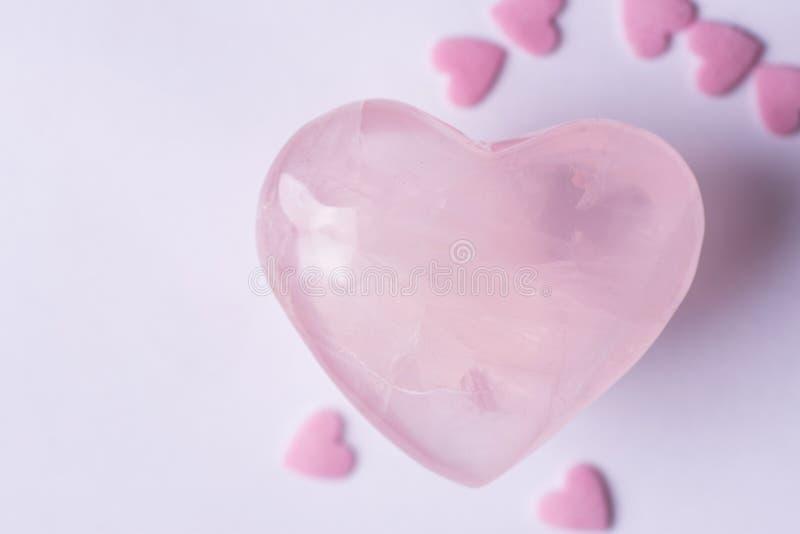 Roze Crystal Quartz Heart Sugar Candy bestrooit op Witte Achtergrond Romantische de Dagliefdadigheid van de Valentijnskaartenmoed royalty-vrije stock foto's