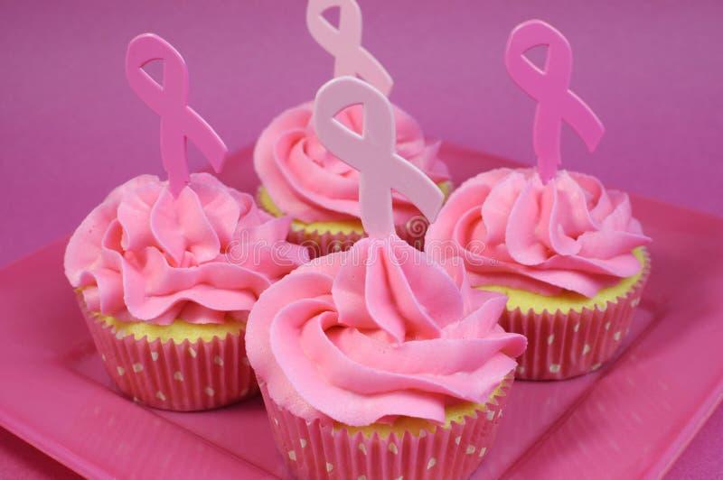 Roze cupcakes met Roze Lintsymbool royalty-vrije stock afbeelding