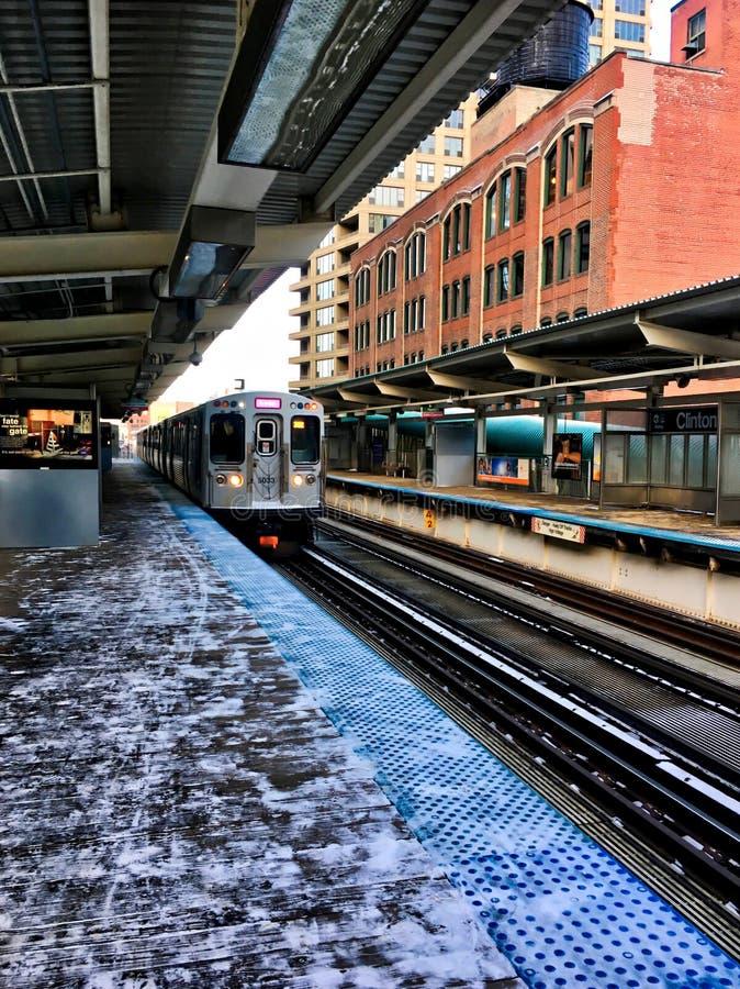 Roze de lijntrein die van CTA ` s de post in Clinton/Adams einde in Lijn de Van de binnenstad van Chicago ingaan tijdens sneeuw d stock afbeeldingen
