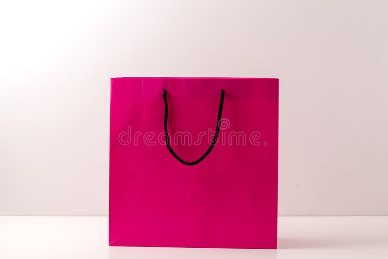 Roze die document het winkelen zakken op wit worden geïsoleerd royalty-vrije stock foto's