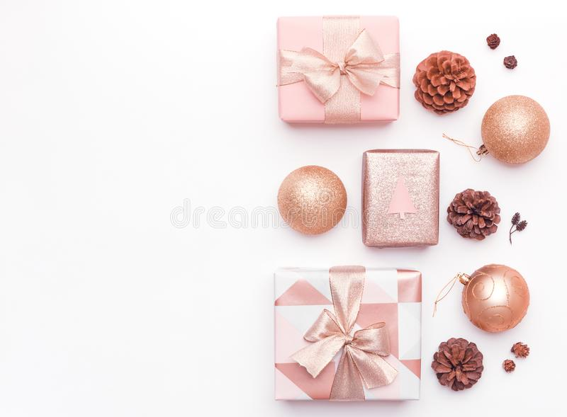 Roze die Kerstmisgiften op witte achtergrond worden geïsoleerd Verpakte Kerstmisdozen, Kerstmisornamenten, snuisterijen en dennea stock fotografie