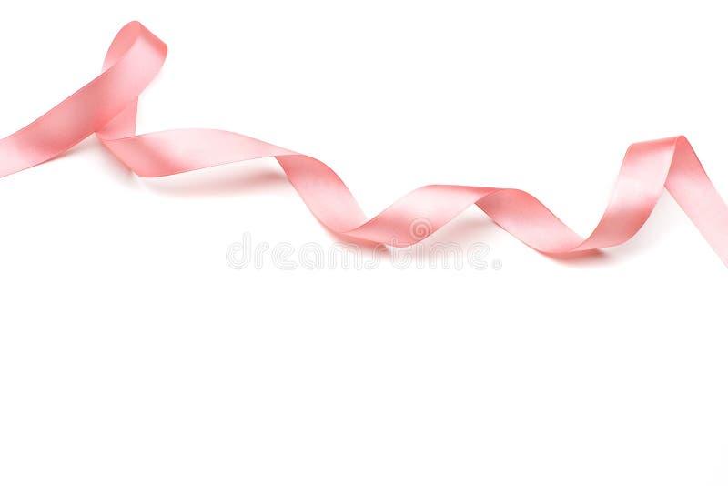Roze die satijnlint op wit wordt geïsoleerd stock foto's