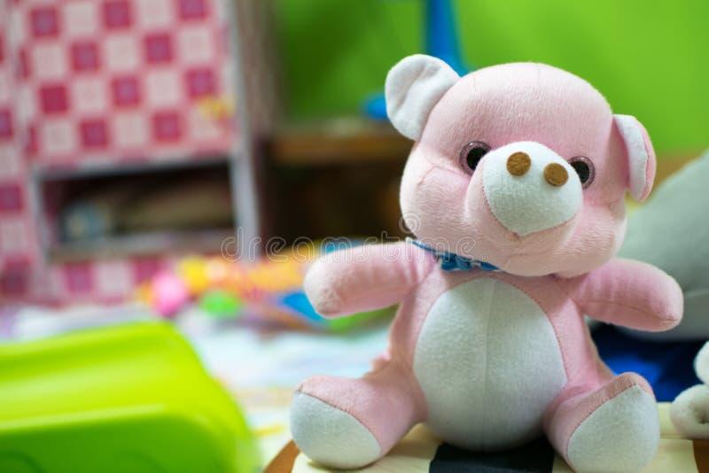 Roze die teddybeer op het bed wordt geplaatst royalty-vrije stock afbeeldingen