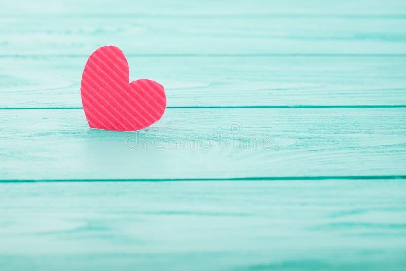 Roze Document hartliefde op blauwe houten achtergrond Gezond hart zonder ziekte en geneeskundeconcept Selectieve nadruk valentine royalty-vrije stock foto