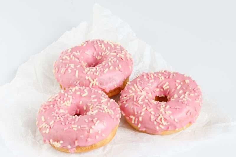 Roze donuts met sprincles op wit royalty-vrije stock foto