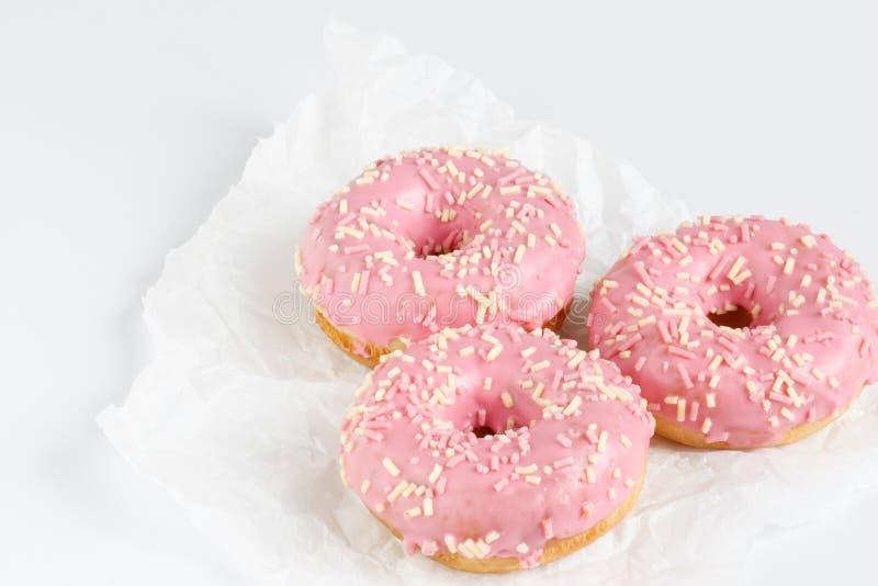Roze donuts met sprincles op wit royalty-vrije stock foto's
