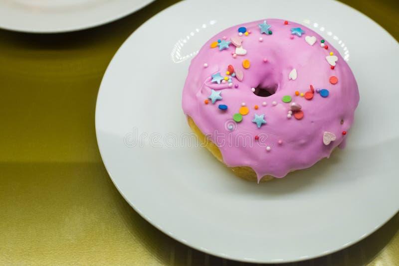 Roze doughnut met decoratie royalty-vrije stock afbeeldingen