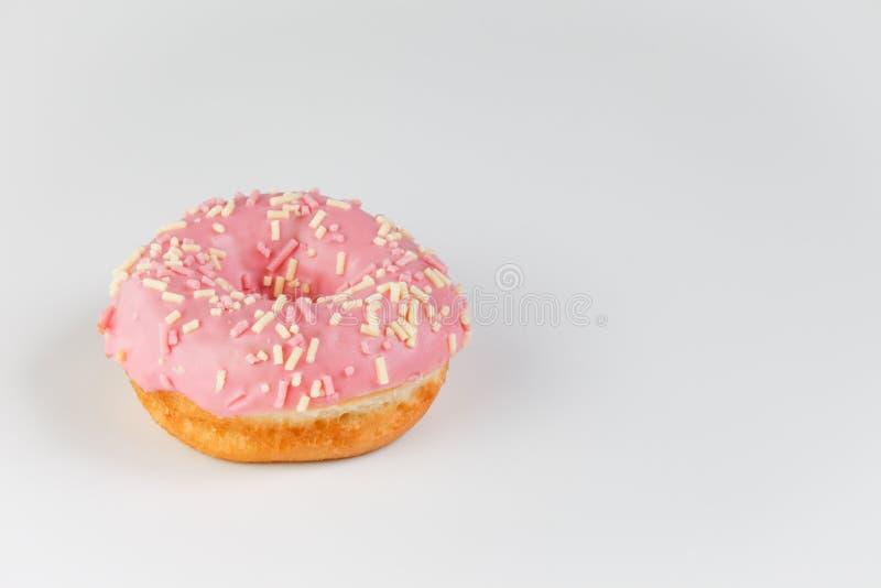 Roze doughnut op duidelijke achtergrond royalty-vrije stock fotografie