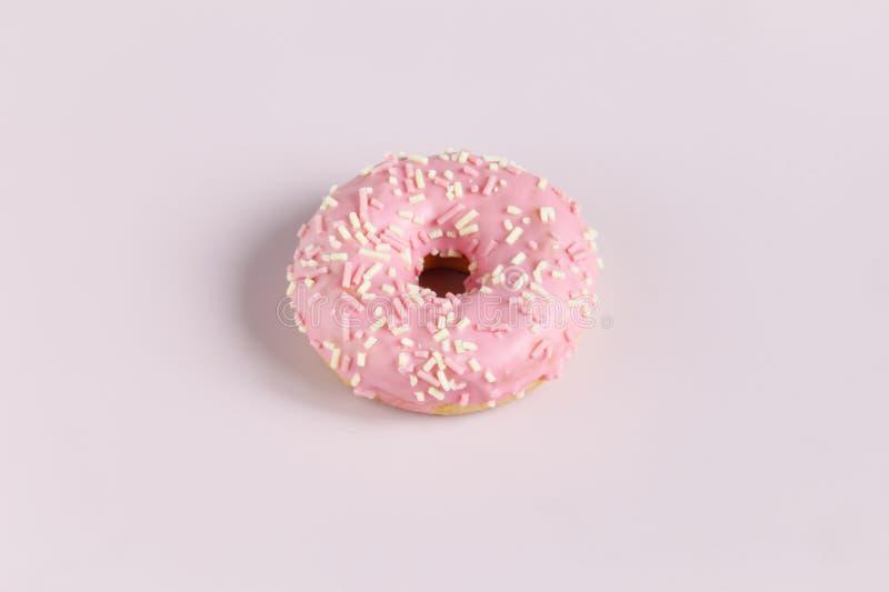 Roze doughnut op duidelijke achtergrond royalty-vrije stock afbeelding