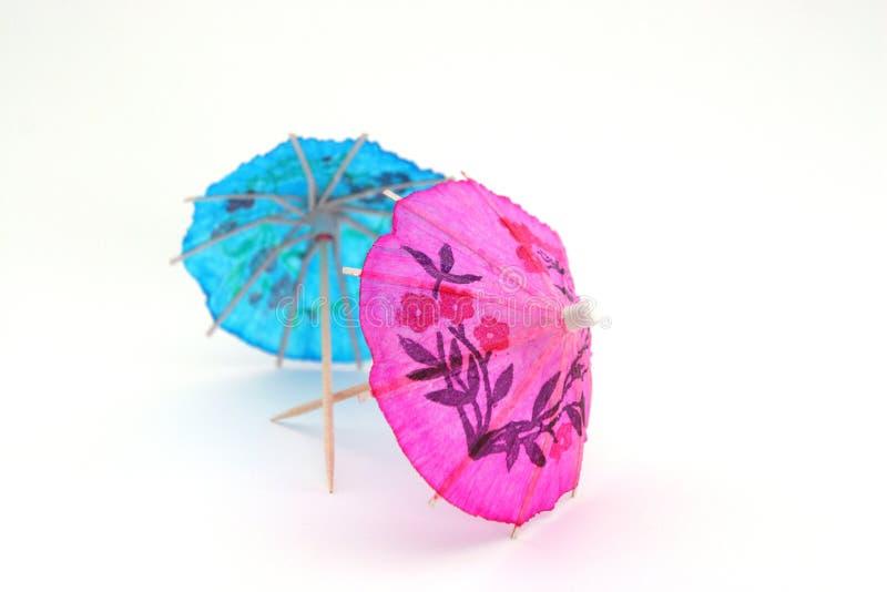 Roze en blauwe cocktailparaplu's stock afbeeldingen
