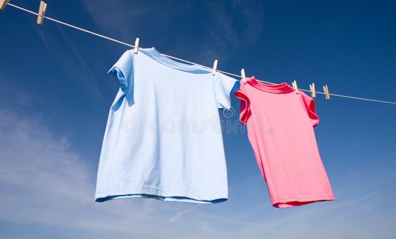 Roze en Blauwe T-shirts royalty-vrije stock fotografie