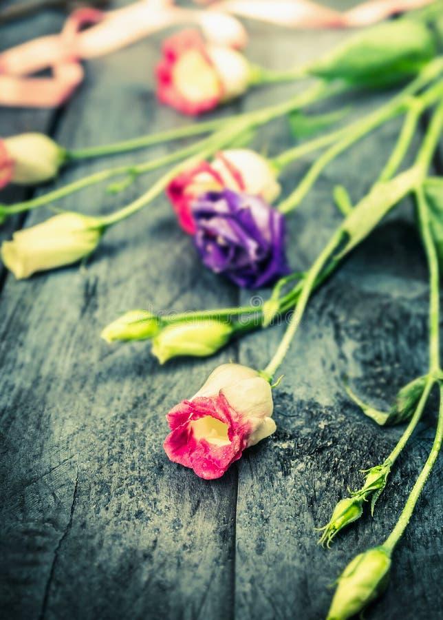 Roze en blauwe tuinbloemen op oude houten lijst royalty-vrije stock afbeeldingen