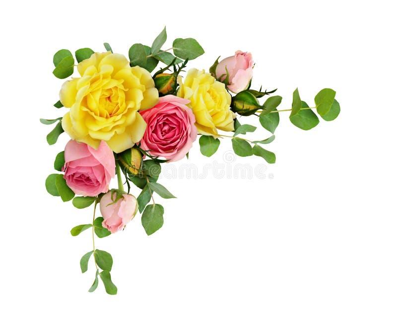 Roze en geel nam bloemen met eucalyptusbladeren toe stock afbeelding