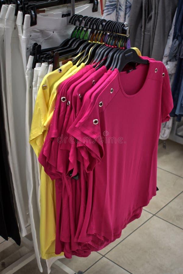 Roze en gele t-shirtbovenkanten stock afbeeldingen