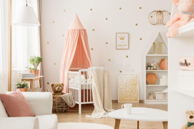 Roze en gouden baby` s slaapkamer royalty-vrije stock afbeelding