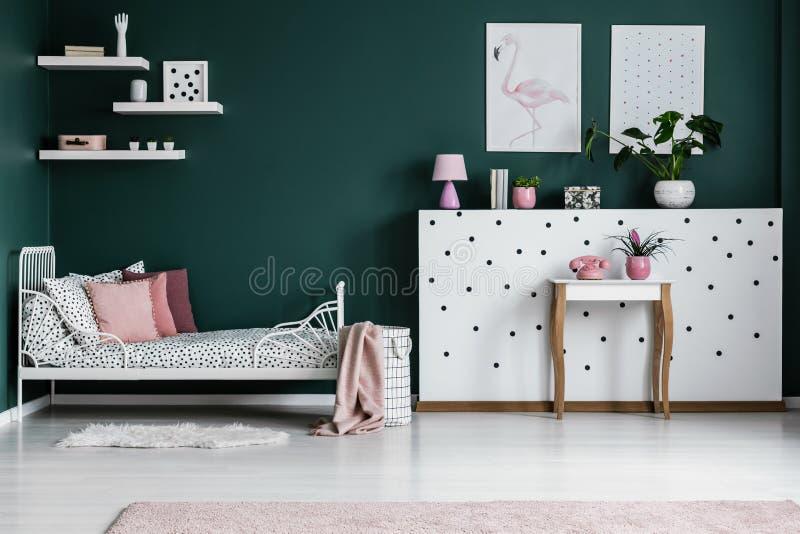 Roze en groen slaapkamerbinnenland stock foto's
