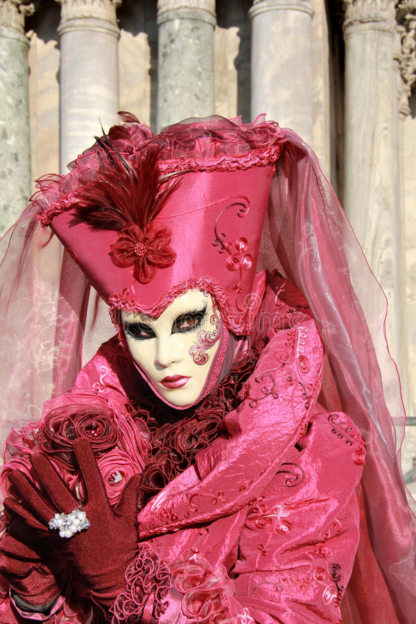 Roze en purpere dame met masker royalty-vrije stock afbeeldingen