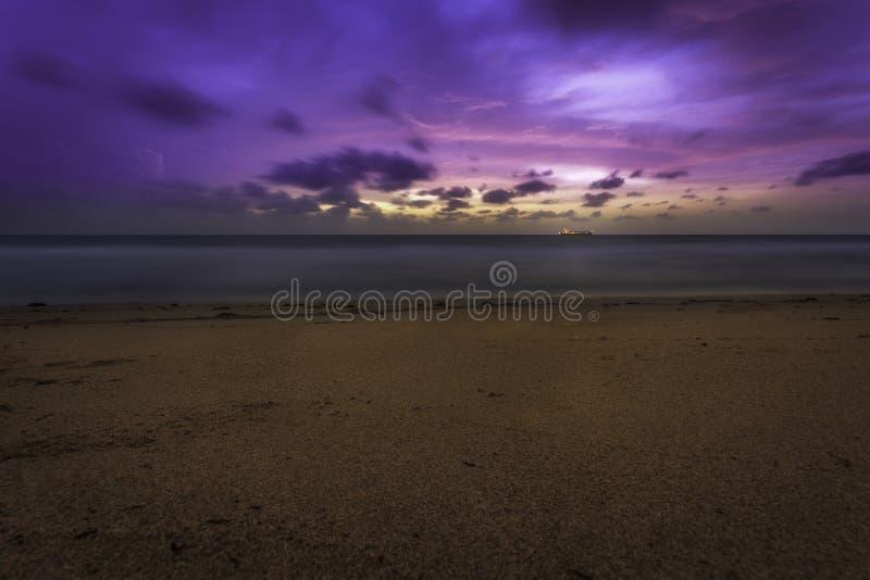 Roze en Purpere Strandzonsopgang met Schip op Horizon royalty-vrije stock foto