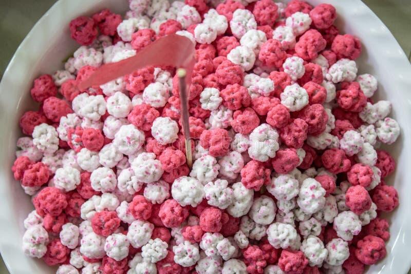 Roze en wit suikergoed een weg van Chinees snoepje dat van vele ingrediënten wordt gemaakt stock fotografie