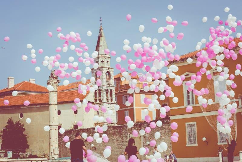 Roze en witte ballons op een blauwe hemel op historisch centrum van de Kroatische stad van Zadar bij de Middellandse Zee, Europa stock foto