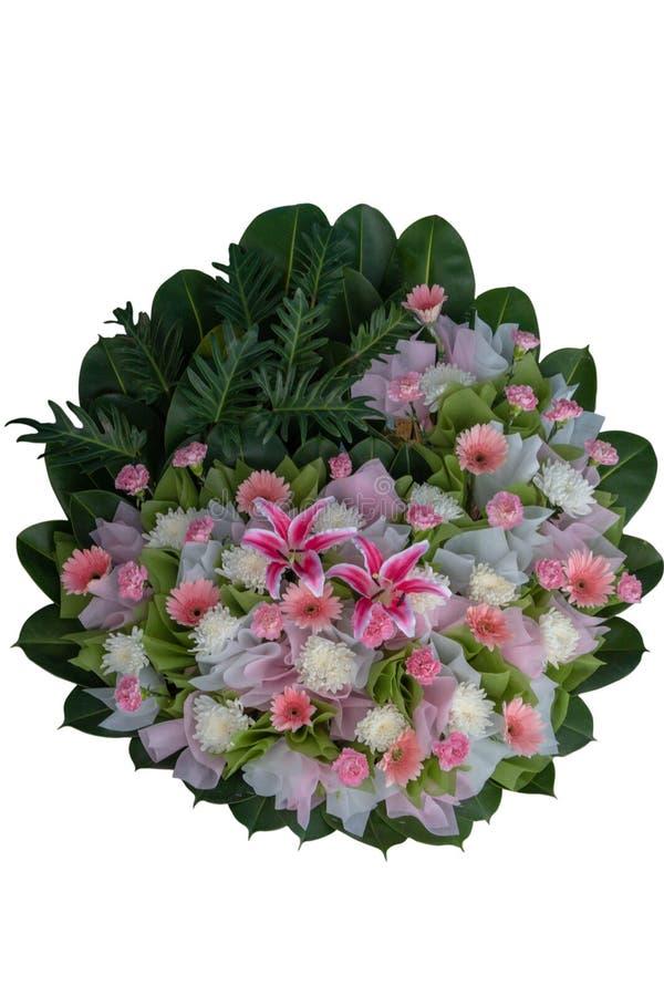 Roze en witte die bloemstukkroon voor begrafenissen op witte weg worden geïsoleerd als achtergrond en het knippen royalty-vrije stock afbeelding