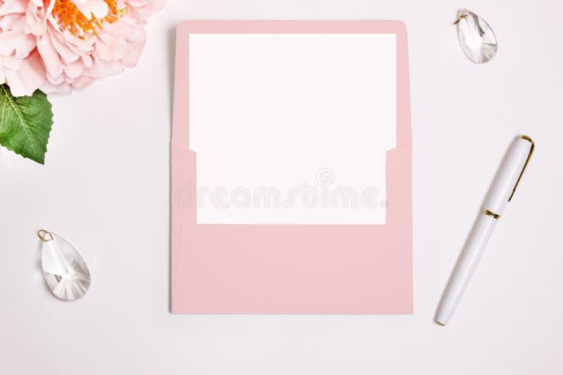 Roze envelop met een geopende rechthoekige tik, Model Wasverbinding, pen, bloem en huwelijksdecoratie royalty-vrije stock afbeelding