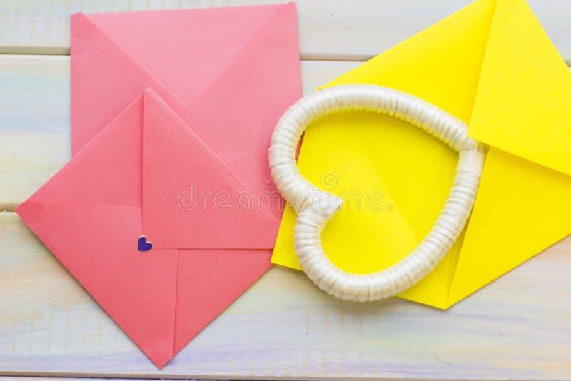 Roze enveloppen en hartkader royalty-vrije stock fotografie