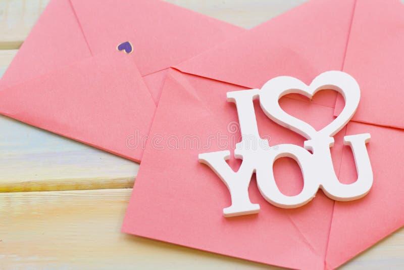 Roze enveloppen en ik houd van u inschrijving stock afbeelding