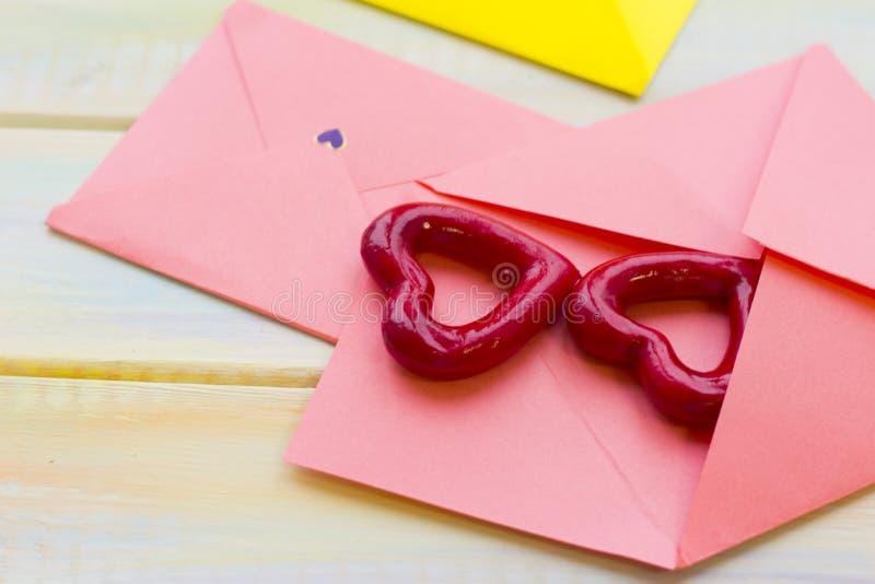 Roze enveloppenharten royalty-vrije stock afbeelding