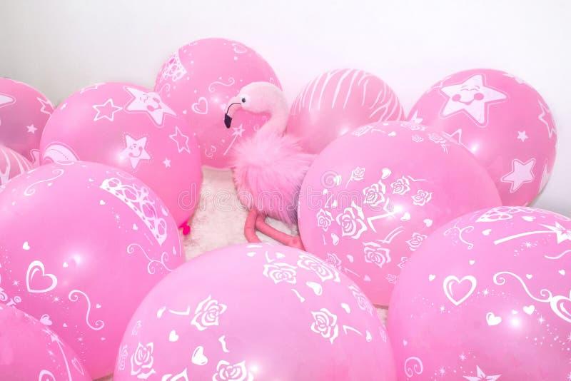 Roze flamingo, zachte stuk speelgoed en ballons Het concept vakantiegiften en decoratie stock afbeeldingen