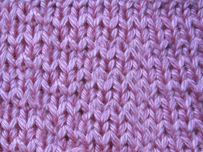 Roze gebreide sweater met de hand gemaakt met een netpatroon stock foto's