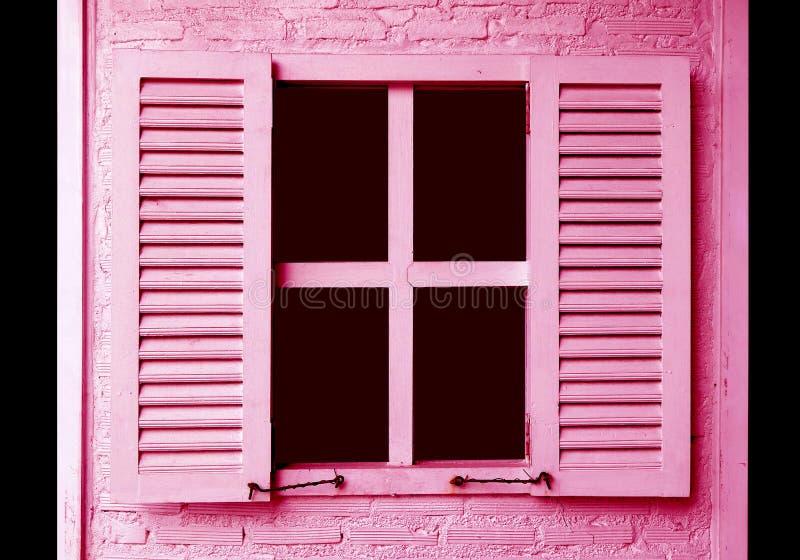 Roze gekleurde vensterblinden op de roze bakstenen muur stock afbeelding