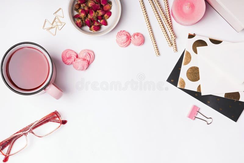 Roze gekleurde voorwerpen, aftreksel en droge rozen op witte backgrou royalty-vrije stock afbeeldingen