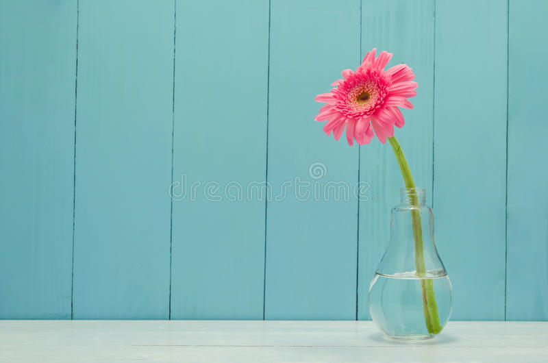 Roze Gerbera-madeliefjebloem in de vaas van het bolglas royalty-vrije stock foto