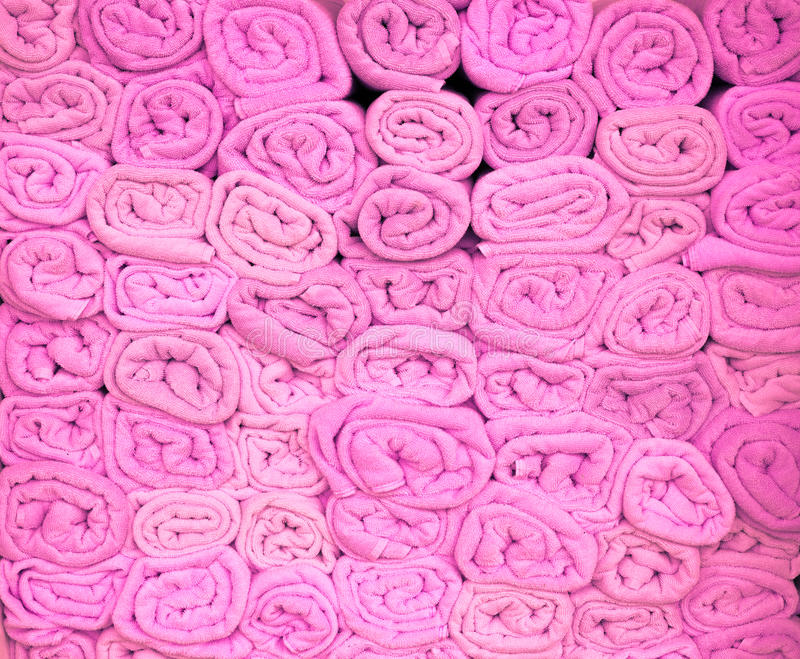 Roze gestapelde strandhanddoeken stock fotografie