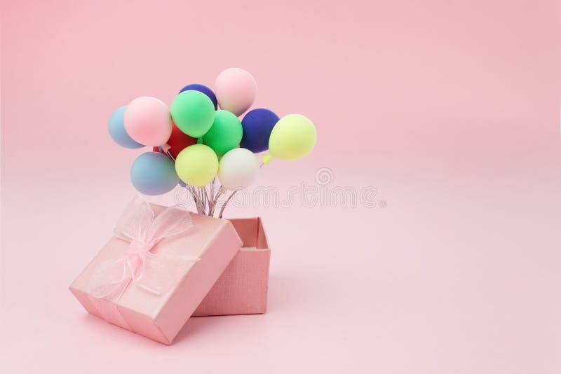 Roze giftdoos met kleurrijke ballon op roze achtergrond minimaal hollyday concept royalty-vrije stock foto