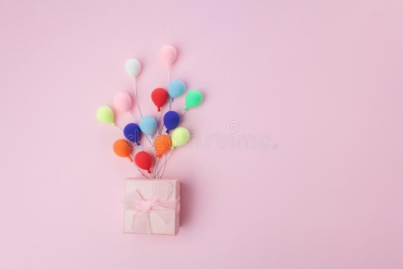 Roze giftdoos met kleurrijke ballon op roze achtergrond Minimaal Vakantieconcept Hoogste mening royalty-vrije stock fotografie