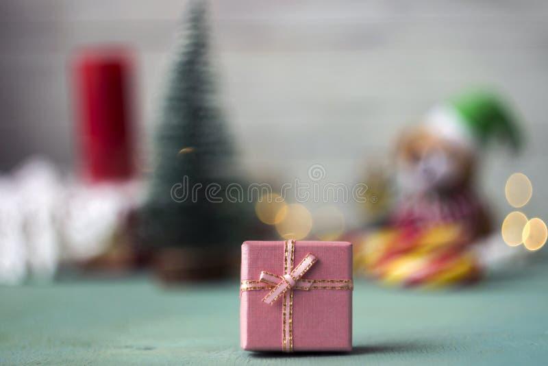 Roze giftdoos op de achtergrond van Kerstmistoebehoren, achtergrond stock afbeeldingen