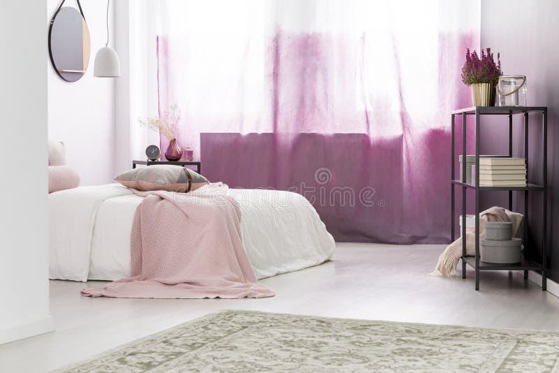 Roze gordijnen over helder venster stock fotografie