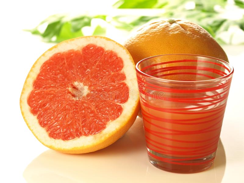Roze grapefruit met sap royalty-vrije stock foto