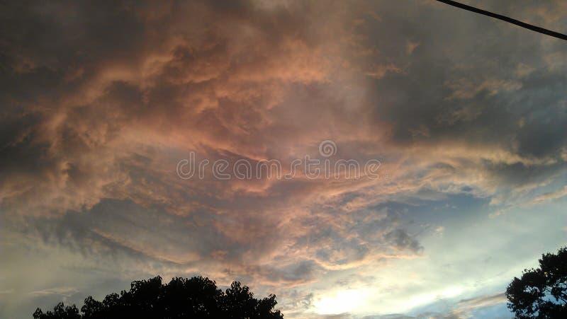 Roze, Grijze en Witte Wolken tegen een Blauwe Hemel royalty-vrije stock foto