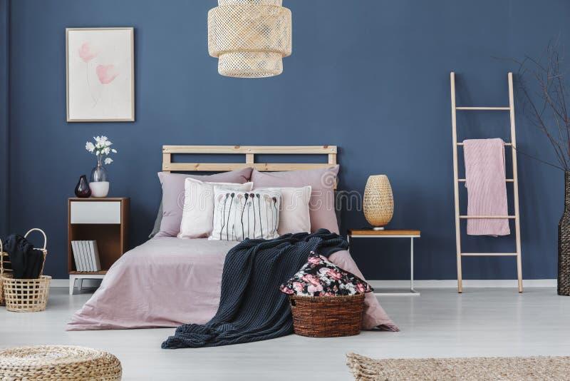 Roze handdoek op ladder royalty-vrije stock foto