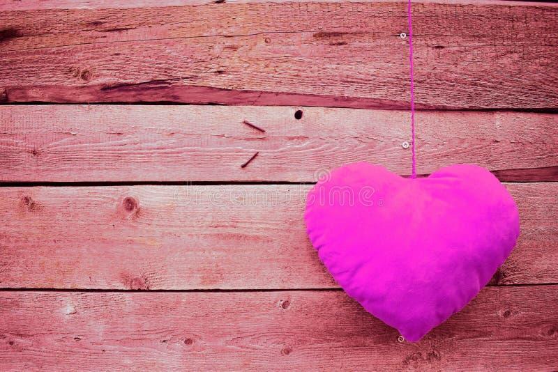 Roze hart op houten achtergrond royalty-vrije stock afbeeldingen