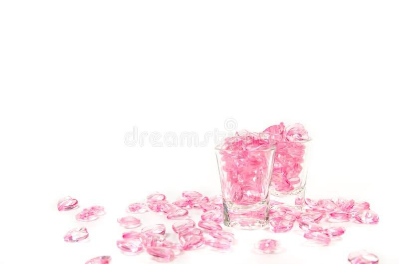 roze hartenglas op witte achtergrond stock afbeeldingen