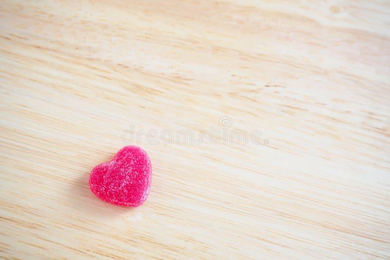 Roze hartensuikergoed op hout voor valentijnskaartenachtergrond stock afbeelding